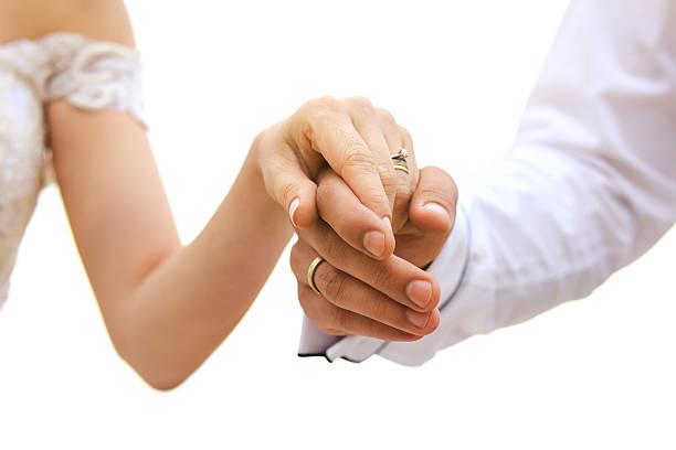 recién casados pareja sosteniendo las manos - cosas que van juntas fotografías e imágenes de stock