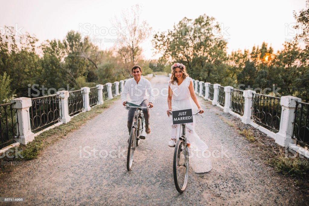 Frisch verheiratete Paar in Fahrräder – Foto