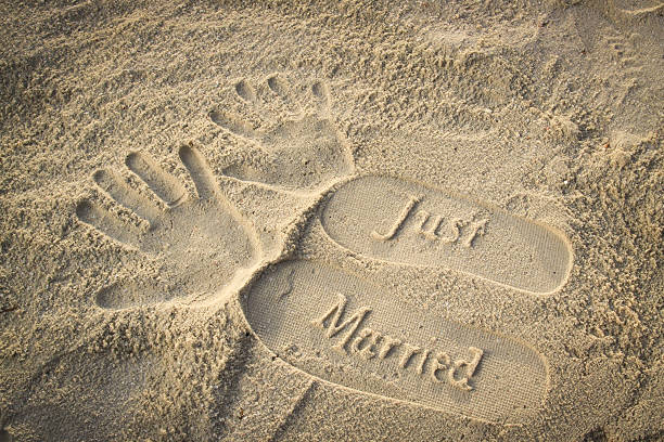 just married footprints und handprints im sand  - flitterwochen flip flops stock-fotos und bilder