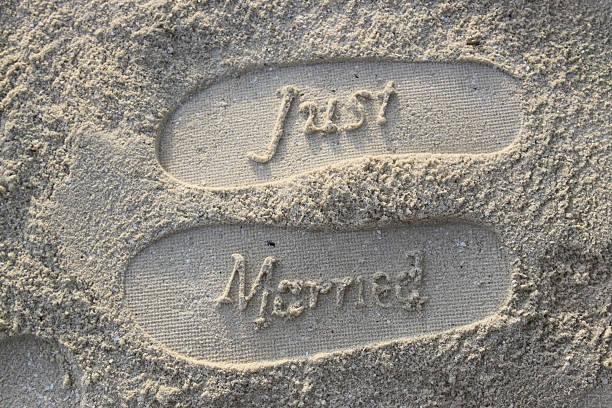just married fußspuren im sand - flitterwochen flip flops stock-fotos und bilder