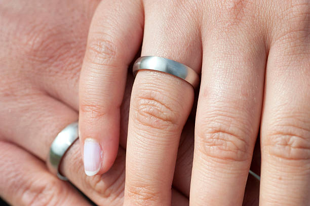 just married newlywed - zwei Hände mit ringen two hands of newlywed  z_wei stock pictures, royalty-free photos & images