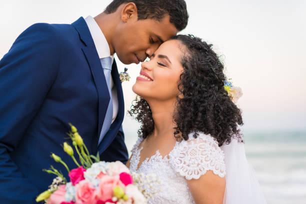 just married - latijns amerikaanse en hispanic etniciteiten stockfoto's en -beelden