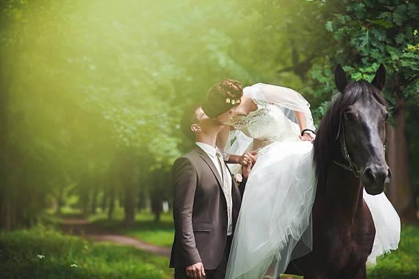 just married - hochzeitsfrisur twilight stock-fotos und bilder