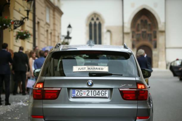 frisch verheiratete zeichen auf auto - bmw x5 stock-fotos und bilder