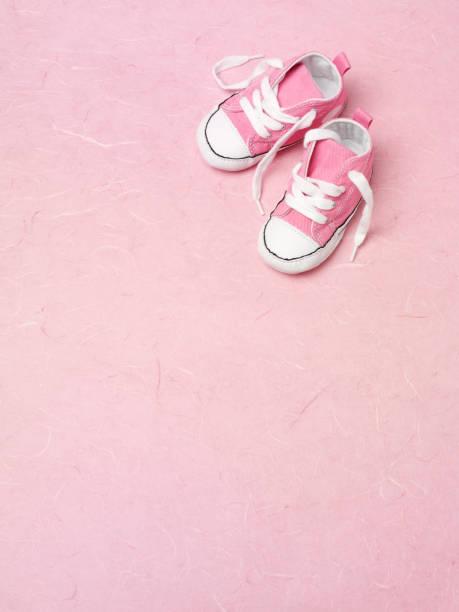 nur rosa trainer - babyschuh stock-fotos und bilder
