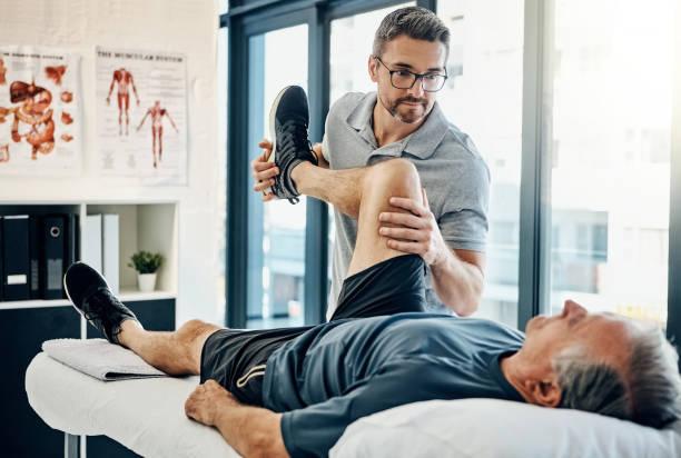 sadece sakin ol, dinlenme dikkat edeceğiz - physical therapy stok fotoğraflar ve resimler