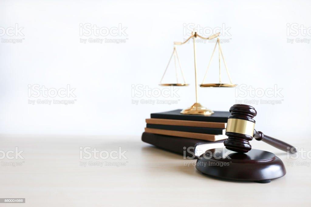 Recht und Gesetz Konzept Richter dem Hammer, arbeiten mit Digitalrechner Kanzleien Vertrauen – Foto