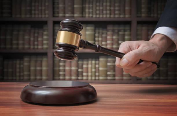 정의와 법 개념입니다. 변호사는 망치와 타격 이다. - 나무망치 뉴스 사진 이미지