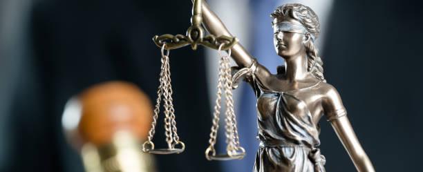 Concepto de justicia y el derecho. Hombre abogado en la oficina - foto de stock