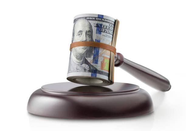 Justiz und Geld. Hammer mit Roll-Dollar-Banknoten auf weißem Hintergrund zu beurteilen. – Foto