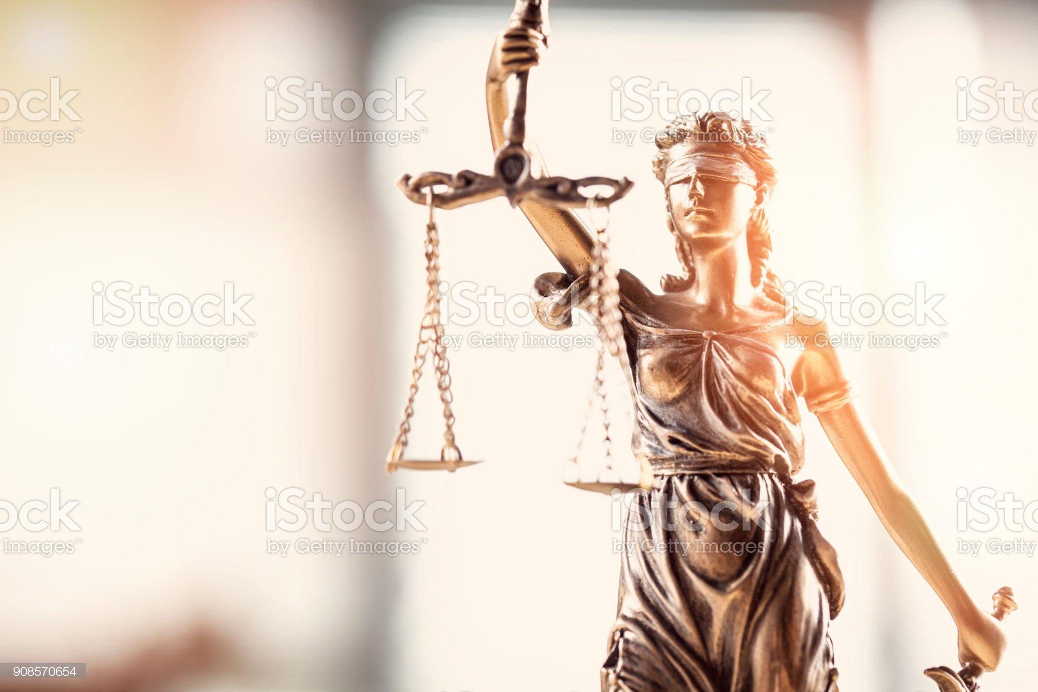 Justiça de olhos vendados dama segurando a balança e espada estátua foto de stock royalty-free