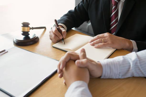 justitie consultant werken in rechtszaal / advocatenkantoor. - notaris stockfoto's en -beelden
