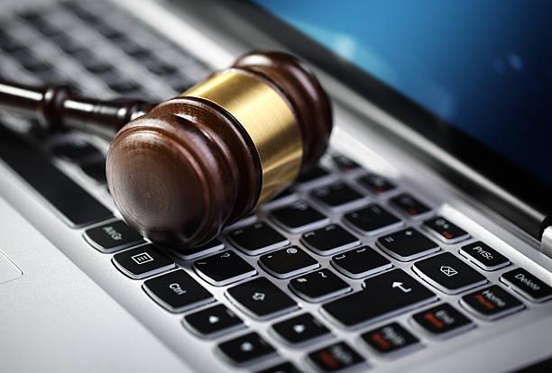 La Justice, Marteau de juge et ordinateur portable Clavier d'ordinateur - Photo