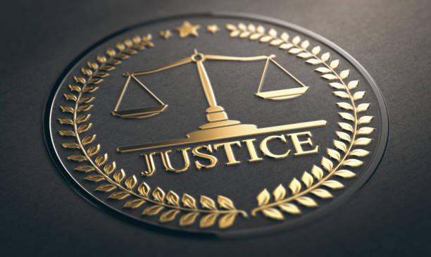 gerechtigkeit, recht und gleichheit symbol auf schwarzem hintergrund - waage der gerechtigkeit stock-fotos und bilder