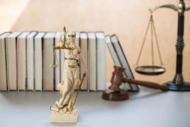 justicia legal y jurisprudencia. Libros de abogados en el escritorio de abogados en el bufete de abogados. - foto de stock