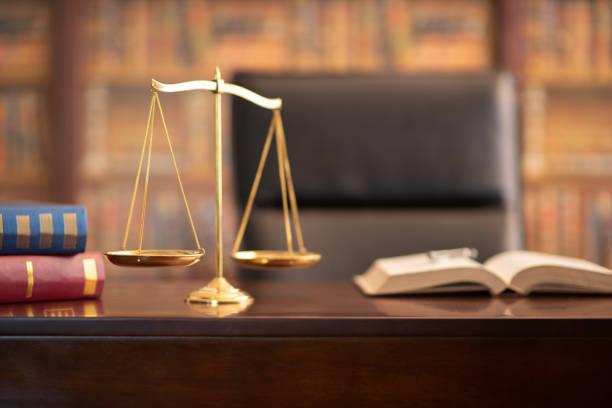 justiz skaliert recht - waage der gerechtigkeit stock-fotos und bilder