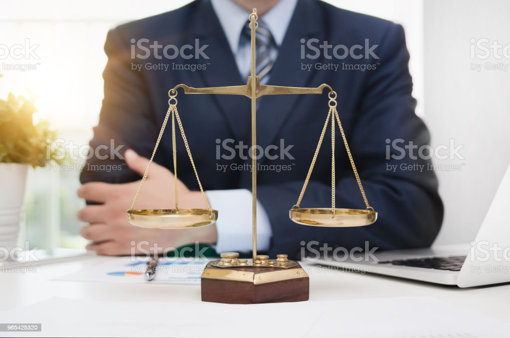 Justice symbol weigh scales on table zbiór zdjęć royalty-free