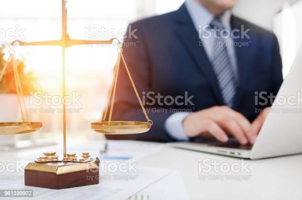 Justizsymbolwaage Auf Tisch Stockfoto und mehr Bilder von Anwalt