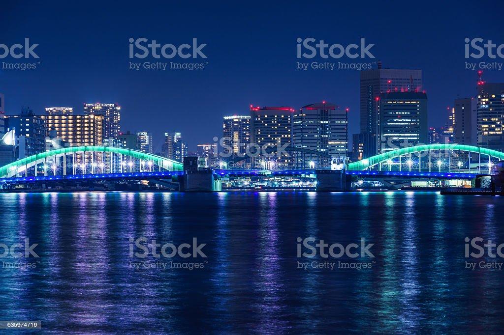 夜に Kachidoki ブリッジ ストックフォト