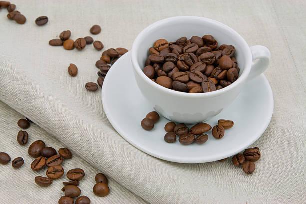 Coffee filter voller Kaffeebohnen – Foto