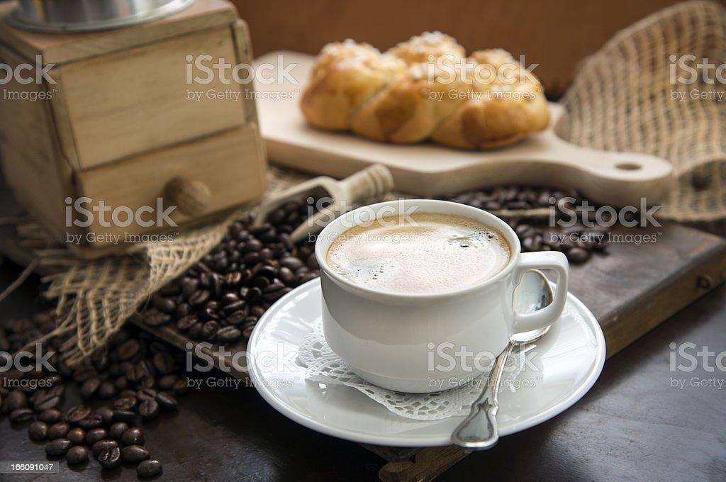 Kaffeetasse vor einer alten Kaffeemühle royalty-free stock photo