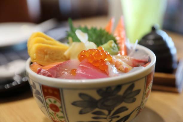木材の背景とご飯の上海鮮丼寿司ドン - 丼物 ストックフォトと画像