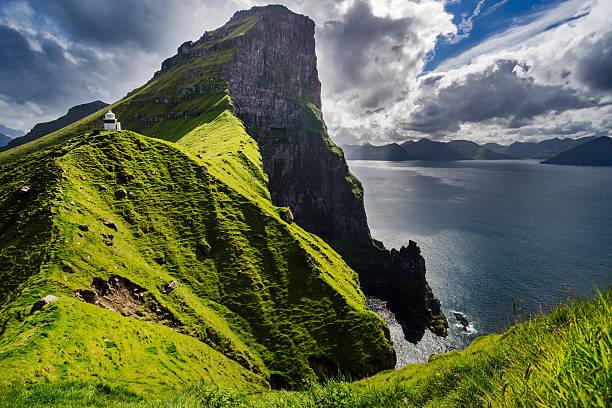 kallur lighthouse in kalsoy island, faroe islands - faeröer stockfoto's en -beelden