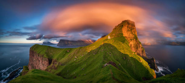 kallur vuurtoren panorama - faeröer stockfoto's en -beelden