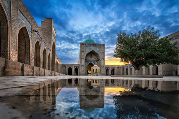 kalyan moskee in de schemering in buchara, oezbekistan - oezbekistan stockfoto's en -beelden