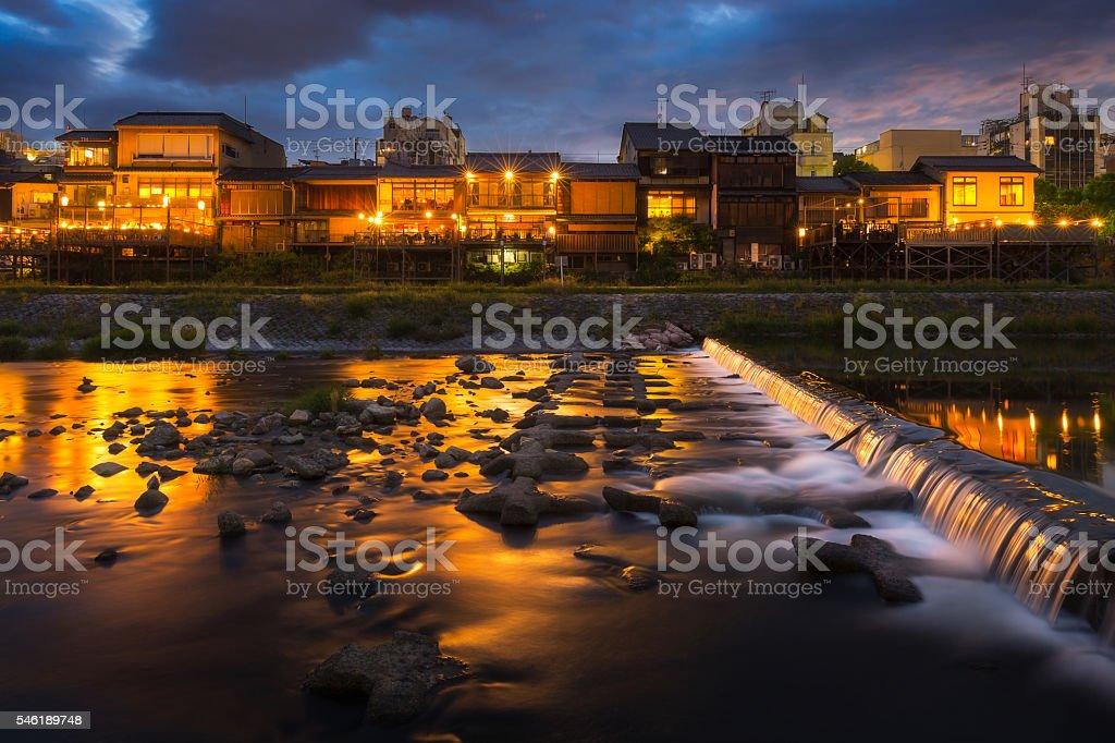 Kamogawa river nearby Gion in sunset ロイヤリティフリーストックフォト