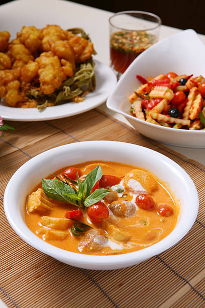 kang phed ped yang-thai-küche - ananas huhn salate stock-fotos und bilder