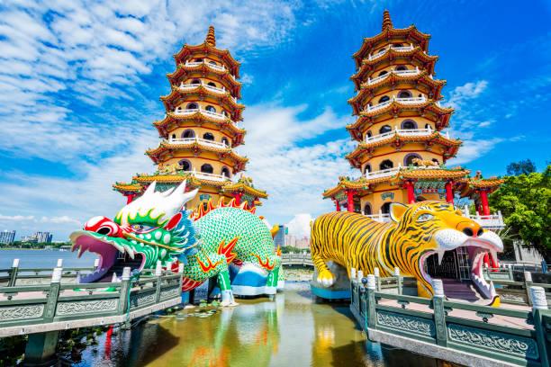 kaohsiung, taiwan dragon and tiger pagodas at lotus pond. - insel taiwan stock-fotos und bilder