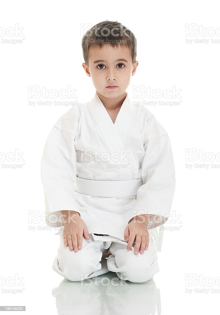 Karate boy sitting in weißen kimono – Foto