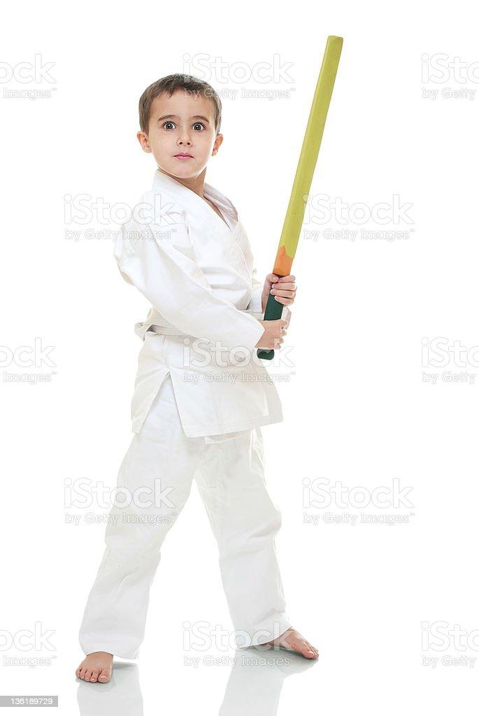 Karate Junge mit Spielzeug Schwert in weißen kimono – Foto