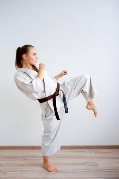 トレーニング空手少女 - 空手 ストックフォトと画像