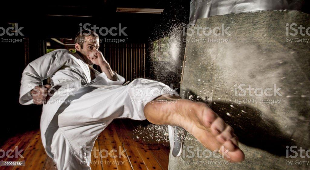 Patada de Karate en saco de boxeo - foto de stock