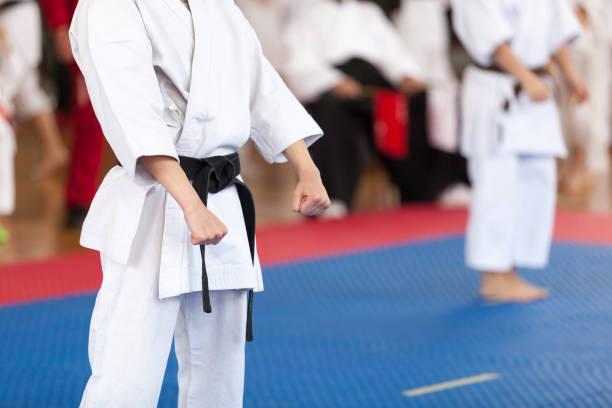 Karate-Praktiker-Körperstellung während des Wettkampfes. Kampfkunst. – Foto