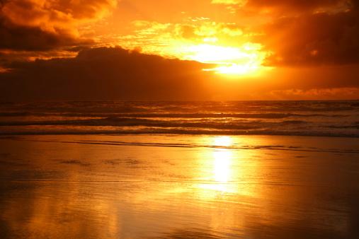 カレカレビーチの夕日 - オークランドのストックフォトや画像を多数ご用意