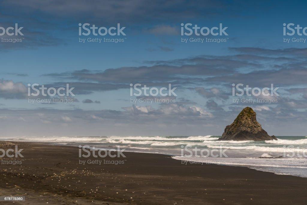 Karekare Beach bekçisi kaya ve volkanik kum ile. royalty-free stock photo