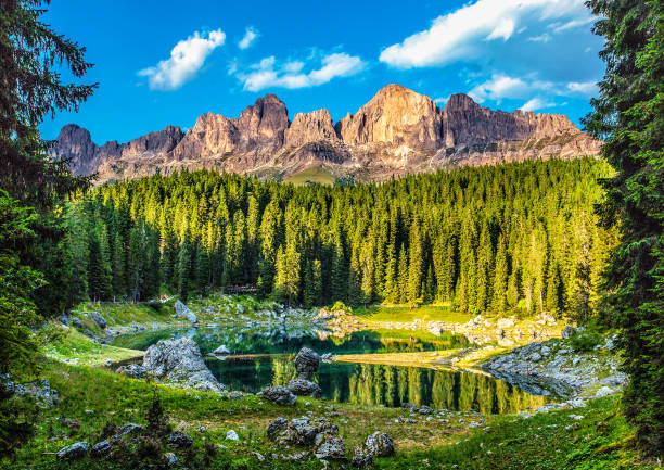 karersee (lago di carezza), is a lake in the dolomites in south tyrol, italy. - latemar foto e immagini stock