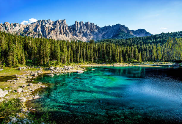 karersee (lago di carezza), is a lake in the dolomites in south tyrol, italy.in the background the mountain range of the latemar group, dolomites - latemar foto e immagini stock