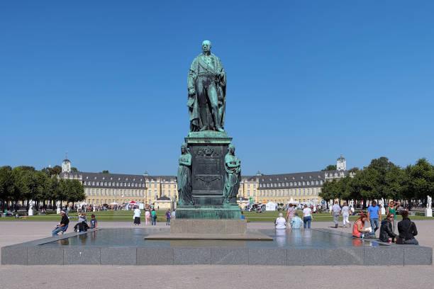 karl friedrich von baden monument vor der palast karlsruhe - karlsruhe schloss stock-fotos und bilder
