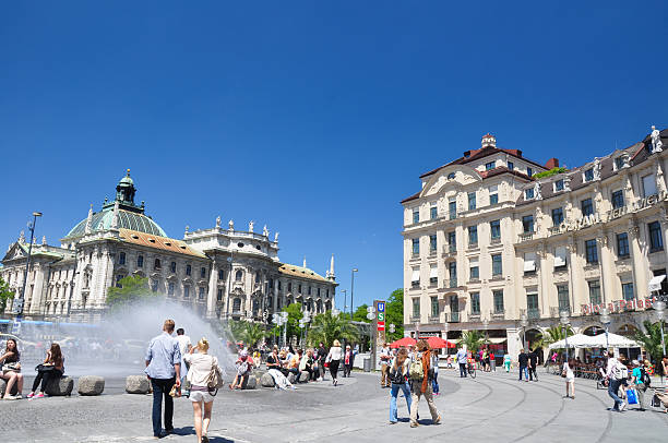 karlsplatz (stachus) – münchen, deutschland - fußgängerzone stock-fotos und bilder