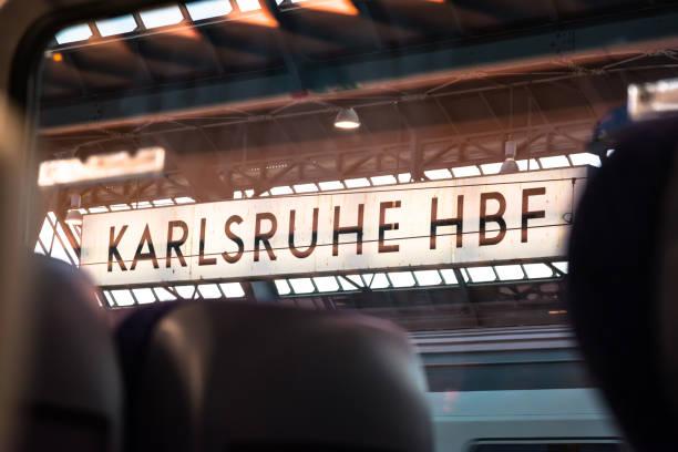 Karlsruhe Hauptbahnhof Main Train Station tagsüber Transport Stadt städtische Züge – Foto