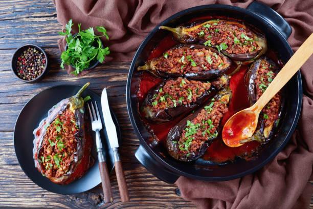 karniyarik 在盤子裡的茄子 - 塞滿的 個照片及圖片檔
