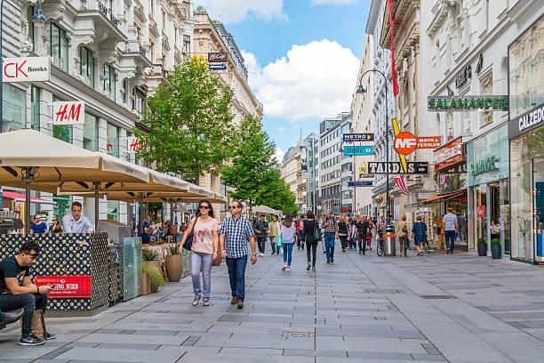 karntnerstrasse einkaufsstraße der innenstadt von wien, österreich - fußgängerzone stock-fotos und bilder