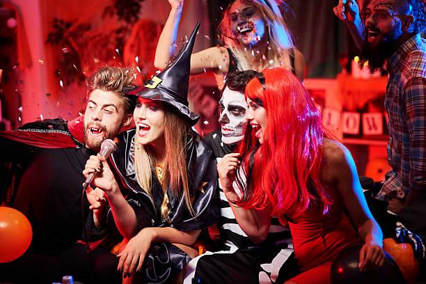 espectáculo de karoke en la fiesta de halloween