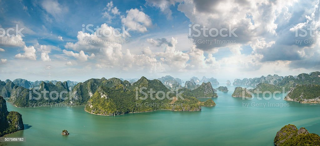 Karst paisaje de la isla, en la Bahía de Halong, Vietnam - foto de stock