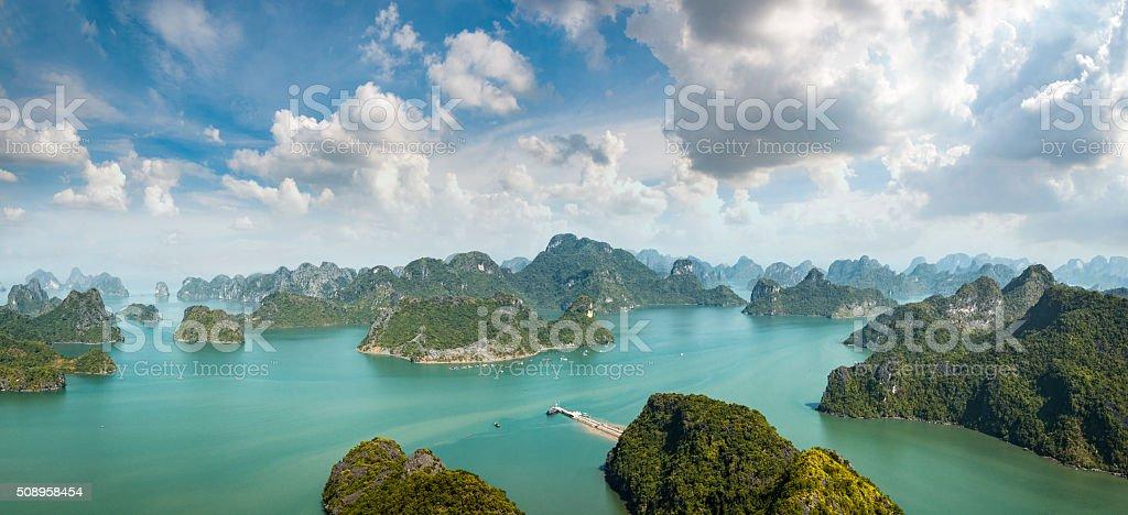 Karst Island Landscape In Halong Bay, Vietnam stok fotoğrafı