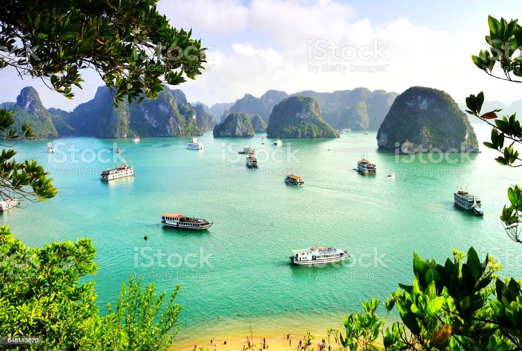 Accidentes geográficos de Karst en el mar, el patrimonio natural del mundo - Bahía de halong - foto de stock